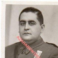 Militaria: 1940, FOTOGRAFIA DE UN TENIENTE CONDECORADO,38X58MM. Lote 261664965