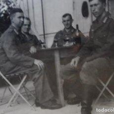 Militaria: SOLDADOS DE LA WEHRMACHT DE PERMISO TOMANDO UNA BOTELLA DE VINO. III REICH. AÑOS 1939-45. Lote 266318073