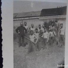 Militaria: SOLDADOS DE LA WEHRMACHT POSAN MIENTRAS CAVAN TRINCHERA . III REICH. AÑOS 1939-45. Lote 266429593