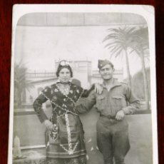 Militaria: FOTOGRAFIA DE SOLDADO JUNTO A SU NOVIA CON TRAJE REGIONAL, TAMAÑO POSTAL.. Lote 266938334