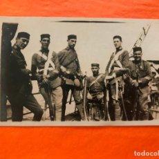 Militaria: INTERESANTE FOTO MILITAR HECHO A BORDE DEL BARCO VICENTE FERRER, CEUTA 1921. Lote 267406359