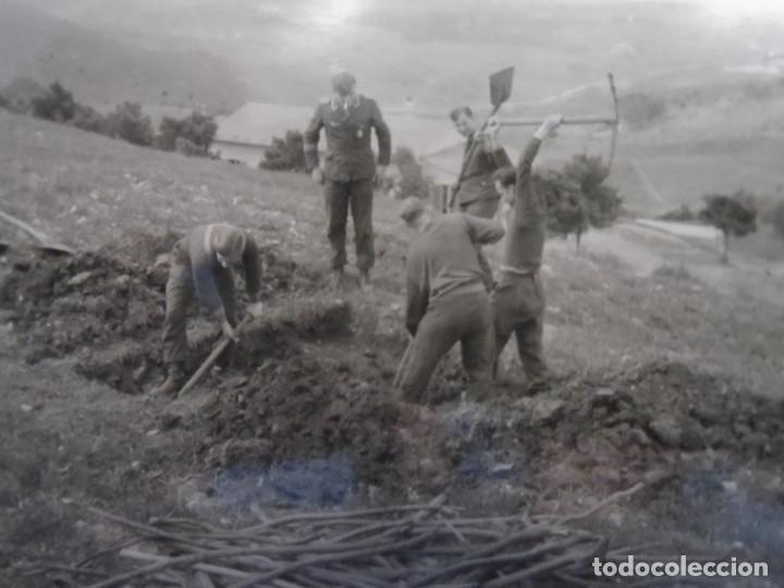 SOLDADOS DE LA LUFTWAFFE CAVANDO REFUGIO MIENTRAS VIGILA SUOFICIAL . III REICH. AÑOS 1939-45 (Militar - Fotografía Militar - II Guerra Mundial)