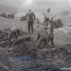 Militaria: SOLDADOS DE LA LUFTWAFFE CAVANDO REFUGIO MIENTRAS VIGILA SUOFICIAL . III REICH. AÑOS 1939-45. Lote 268408594