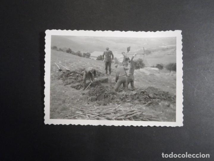 Militaria: SOLDADOS DE LA LUFTWAFFE CAVANDO REFUGIO MIENTRAS VIGILA SUOFICIAL . III REICH. AÑOS 1939-45 - Foto 2 - 268408594