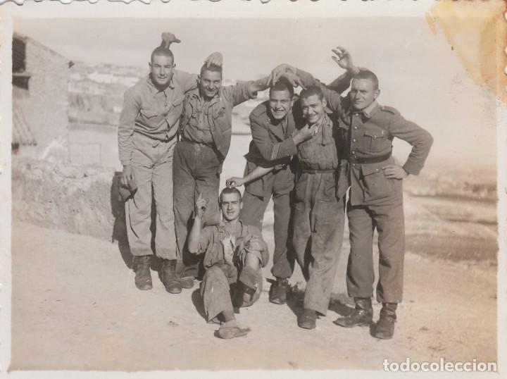 GRUPO DE MILITARES HACIENDO BROMAS. EJERCITO ESPAÑOL. AÑOS 40 AA (Militar - Fotografía Militar - Otros)