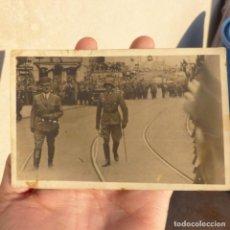Militaria: ANTIGUA POSTAL FOTOGRAFICA DE HITLER EN UN DESFILE A PIE. Lote 273011613