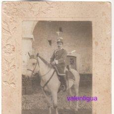 Militaria: MAGNÍFICA FOTO MILITAR A CABALLO CABALLERÍA FOTÓGRAFO T DE SCORZELLI VILANOVA I LA GELTRÚ 1900-10 SD. Lote 275109073
