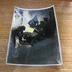 Militaria: FOTOGRAFIA II GUERRA MUNDIAL TRABAJO NOCTURNO SEGUNDA MURALLA ATLANTICO ORIGINAL PRENSA. Lote 277677788