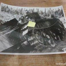 Militaria: FOTOGRAFIA II GUERRA MUNDIAL RUTA RETIRADA BOLCHEVIQUES EN SALLA ORIGINAL PRENSA. Lote 277677958