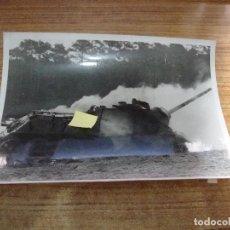 Militaria: FOTOGRAFIA II GUERRA MUNDIAL EL GOLIAT ARMA ALEMANA COMBATIR TANQUES ORIGINAL PRENSA. Lote 277678903