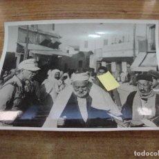 Militaria: FOTOGRAFIA II GUERRA MUNDIAL VIDA EN CALLE DE TUNEZ DESTACA SOLDADO ALEMAN ORIGINAL PRENSA. Lote 277679253