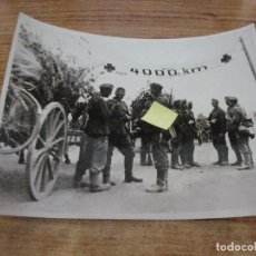 Militaria: FOTOGRAFIA II GUERRA MUNDIAL SOLDADOS BAJO CARTEL CRUZ ROJA A 4000 KM ORIGINAL PRENSA. Lote 277679548