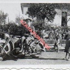 Militaria: GUERRA CIVIL, OFICIAL CON MOTOCICLETA, 60X46MM. Lote 278683088