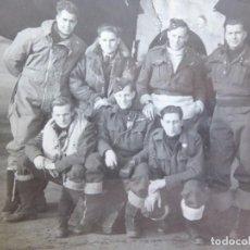 Militaria: FOTOGRAFÍA PILOTOS TRIPULACIÓN LANCASTER RAF. SEGUNDA GUERRA MUNDIAL. Lote 279479278