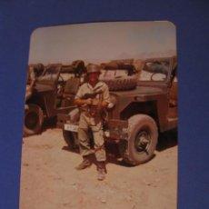 Militaria: FOTO DE UN MILITAR. SUBFUSIL STAR Z62, JEEP CON EL CAÑON 106 MM. 13X9 CM.. Lote 280632193