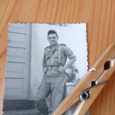 Militaria: FOTO PARACAIDISTA ROGER DE LAURIA, DÉCADA 1950. PARACAIDISMO. BOTAS DE LONA BLANCA. BRIPAC IFNI. Lote 285513618