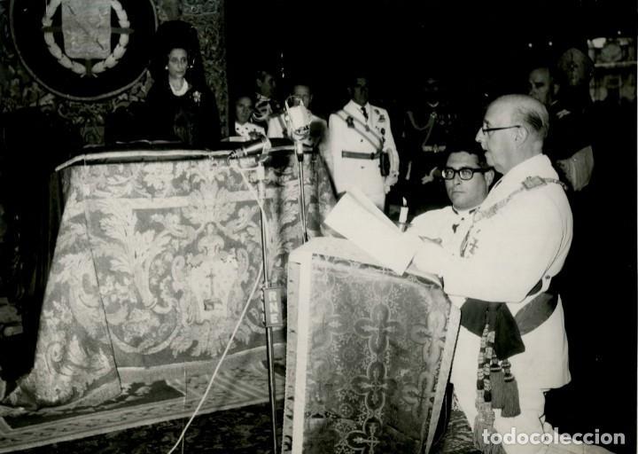 FRANCO HACIENDO LA OFRENDA AL APOSTOL SANTIAGO EN LA CATEDRAL, EN EL AÑO SANTO COMPOSTELANO DE 1965 (Militar - Fotografía Militar - Otros)