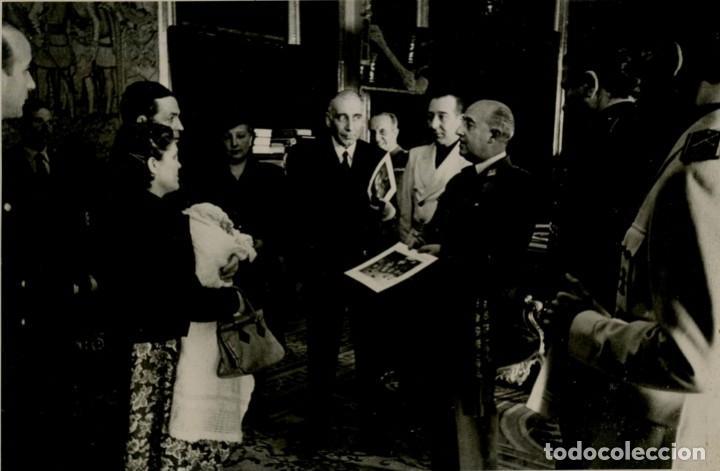 EL CAUDILLO HACIENDO ENTREGA DE PREMIOS DE NATALIDAD POR EL INSTITUTO NACIONAL DE PREVISION AÑO 1948 (Militar - Fotografía Militar - Otros)