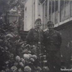 Militaria: SOLDADO WEHRMACHT Y SUBOFICIAL LUFTWAFFE CON PISTOLA JUNTO A HORTENSIAS. III REICH. AÑOS 1939-45. Lote 287746433