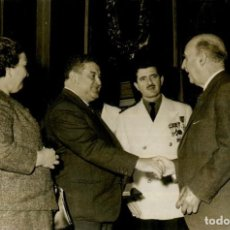 Militaria: FRANCO ENTREGA PREMIO DE NATALIDAD HIJOS HABIDOS A JUAN MOLINA Y ANA DIAZ 18 HIJOS ,20 MARZO DE 1962. Lote 287899888