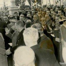 Militaria: FRANCO EN ALCALA DE HENARES ENTRE EL NUMEROSO PUBLICO QUE ACUDE A RECIBIRLE 16 DE DICIEMBRE DE 1960. Lote 287917843