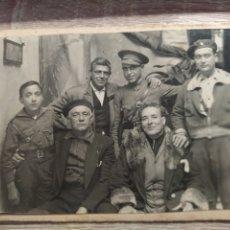 Militaria: ANTIGUA FOTOGRAFÍA MILITARES. TARJETA POSTAL EN CARTON. AÑOS 50. Lote 288341148