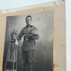 Militaria: ANTIGUA FOTOGRAFIA MILITAR ALFONSINO ADHERIDA SOBRE CARTÓN. Lote 288582478
