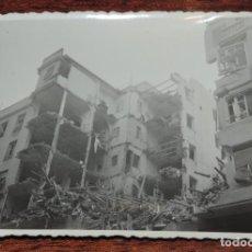 Militaria: FOTOGRAFIA DE BOMBARDEO SOBRE MADRID GUERRA CIVIL, FEBRERO 1937, CALLE ALTAMIRANO 13, MIDE 11,3 X 8,. Lote 291396988