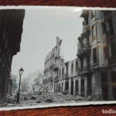 Militaria: FOTOGRAFIA DE BOMBARDEO SOBRE MADRID GUERRA CIVIL, FEBRERO 1937, MARTIN DE LOS HEROS N. 64, MIDE 11,. Lote 291397383