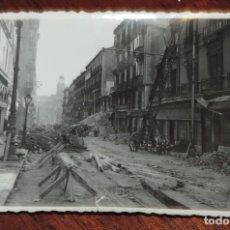 Militaria: FOTOGRAFIA DE BOMBARDEO SOBRE MADRID GUERRA CIVIL, FEBRERO 1937, CALLEJON DE PRECIADOS, MIDE 11,3 X. Lote 291402688