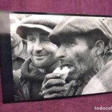 Militaria: 1939 FOTOGRAFÍA GUERRA CIVIL, ESPAÑOLES REPUBLICANOS REFUGIADOS EN LE PERTHUS, COMIENDO MENDRUGO. Lote 293331303