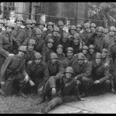 Militaria: 1860 - EJERCITO ARGENTINO / SOLDADOS CON SUS CASCOS DE COMBATE - FOTO 17X12CM 1970'S. Lote 295466658
