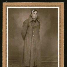 Militaria: 1859 - EJERCITO ESPAÑOL / SOLDADO CON ABRIGO Y BIRRETE - FOTO CABINET 15X10CM 1930'S ROTOPHOT MADRID. Lote 295467063