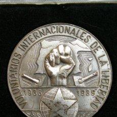 Militaria: MEDALLA DE MANO CONMEMORATIVA DE LAS BRIGADAS INTERNACIONALES. FABRICACIÓN DE ALEMANIA ORIENTAL DE . Lote 24519419