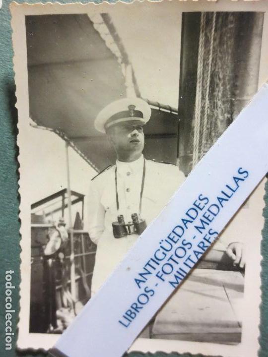 Militaria: FOTO ORIGINAL EN MELILLA rey JUAN CARLOS i DE JOVEN PRISMATICOS Y UNIFORME DE MARINA - Foto 2 - 118599163