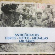Militaria: SOLDADOS APUNTANDO CON ESCOPETAS A SU OFICIAL BATALLA EBRO IX- 1938 LEGION GUERRA CIVIL. Lote 123964851