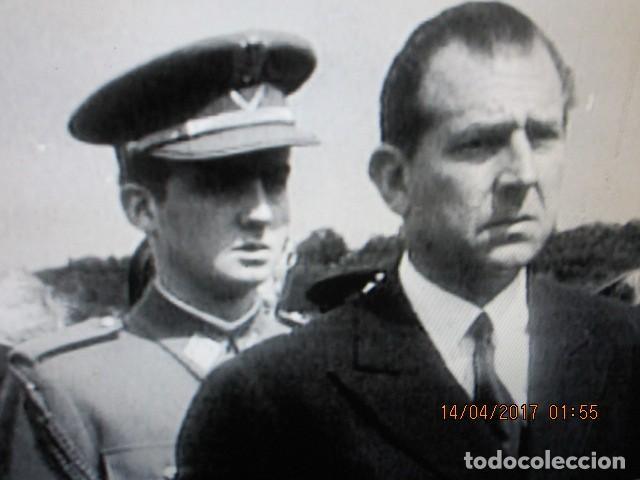 Militaria: FOTO ORIGINAL EN MELILLA rey JUAN CARLOS i DE JOVEN PRISMATICOS Y UNIFORME DE MARINA - Foto 5 - 118599163
