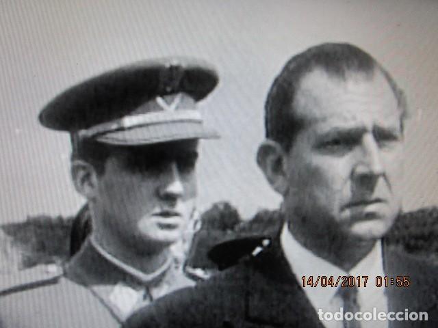 Militaria: FOTO ORIGINAL EN MELILLA rey JUAN CARLOS i DE JOVEN PRISMATICOS Y UNIFORME DE MARINA - Foto 4 - 118599163