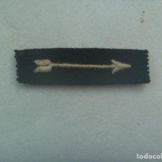 Militaria: GUERRA CIVIL - FALANGE : PARCHE CON FLECHA BLANCA DE JEFE DE ESCUADRA. ORIGNAL. Lote 192633012