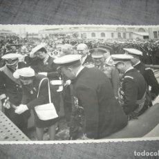 Militaria: FOTO FRANCO Y ESPOSA BOTANDO UN MARCO DE GUERRA EN VALENCIA POS GUERRA CIVIL C.1. Lote 194756135