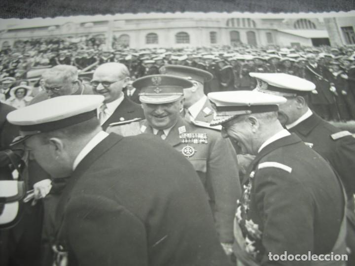 Militaria: FOTO FRANCO Y ESPOSA BOTANDO UN MARCO DE GUERRA EN VALENCIA POS GUERRA CIVIL C.1 - Foto 2 - 194756135