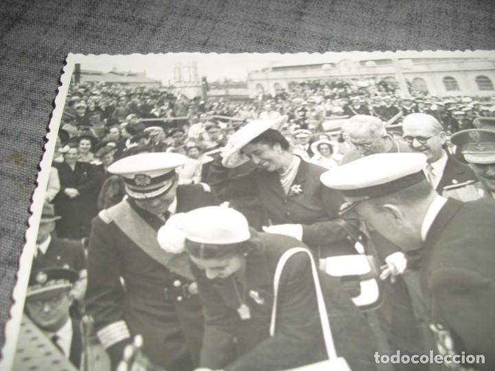 Militaria: FOTO FRANCO Y ESPOSA BOTANDO UN MARCO DE GUERRA EN VALENCIA POS GUERRA CIVIL C.1 - Foto 3 - 194756135