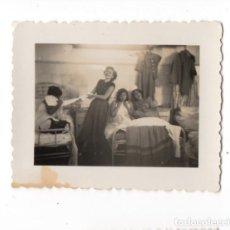 Militaria: CHICAS EN CAMAS DE HOSPITAL O SIM. DURANTE LA GUERRA CIVIL EN MALAGA CREO, FOTOGRAFIA ANTIGUA. Lote 198763275