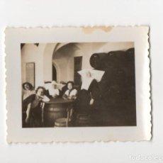 Militaria: CHICAS Y MONJAS DURANTE LA GUERRA CIVIL EN TABERNA DE MALAGA CREO, FOTOGRAFIA ANTIGUA. Lote 198764968