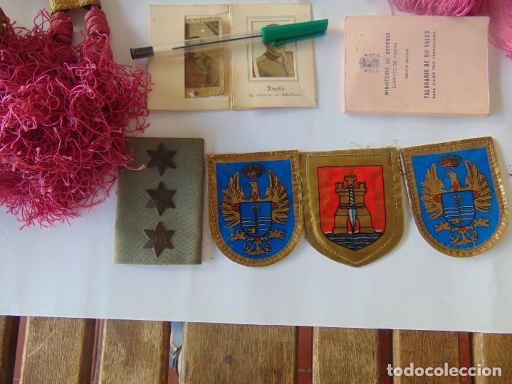 Militaria: LOTE DE PIEZAS GUERRA CIVIL Y POSGUERRA MEDALLAS PEPITOS ROMBOS CORREAJES CEÑIDOR BANDA CORDONES - Foto 2 - 218510413