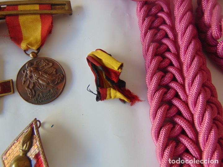 Militaria: LOTE DE PIEZAS GUERRA CIVIL Y POSGUERRA MEDALLAS PEPITOS ROMBOS CORREAJES CEÑIDOR BANDA CORDONES - Foto 9 - 218510413