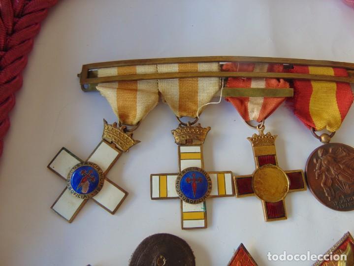 Militaria: LOTE DE PIEZAS GUERRA CIVIL Y POSGUERRA MEDALLAS PEPITOS ROMBOS CORREAJES CEÑIDOR BANDA CORDONES - Foto 10 - 218510413