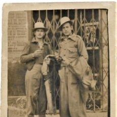 Militaria: FOTOGRAFÍA DE DOS HOMBRE EN MADRID EL 16 MAYO DE 1937 - GUERRA CIVIL - CARTEL AL FONDO UGT. Lote 241225520