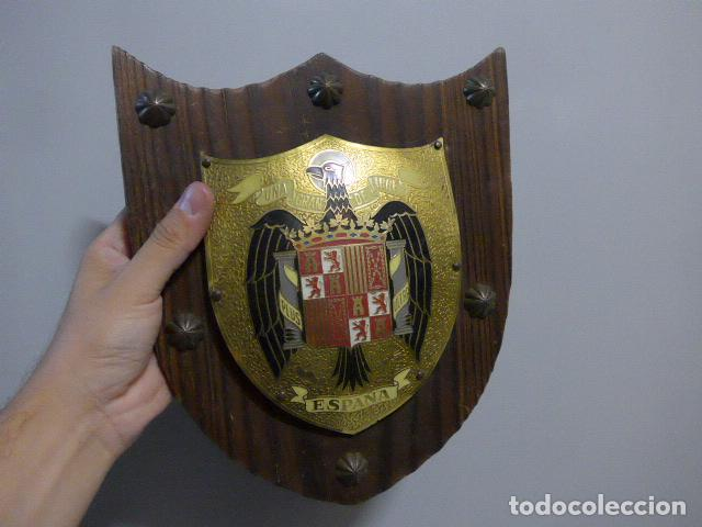 Militaria: Antiguo escudo de españa franquista, tipo metopa, original de epoca de Franco. - Foto 2 - 289745208