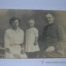 Militaria: POSTKARTE SOLDADO ALEMAN CON SU FAMILIA 1916. Lote 26753965